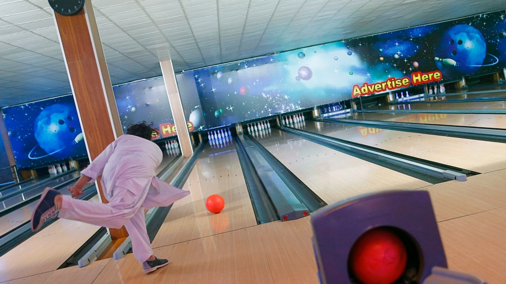 Top Bowling Alleys For A Night Out In Houston – CBS Houston